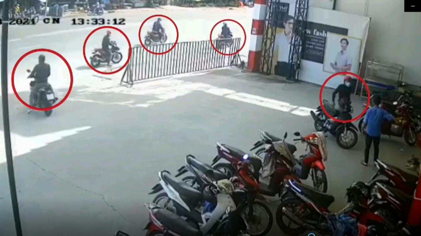 Nhóm thanh niên dàn cảnh cướp 2 xe máy trước mặt bảo vệ