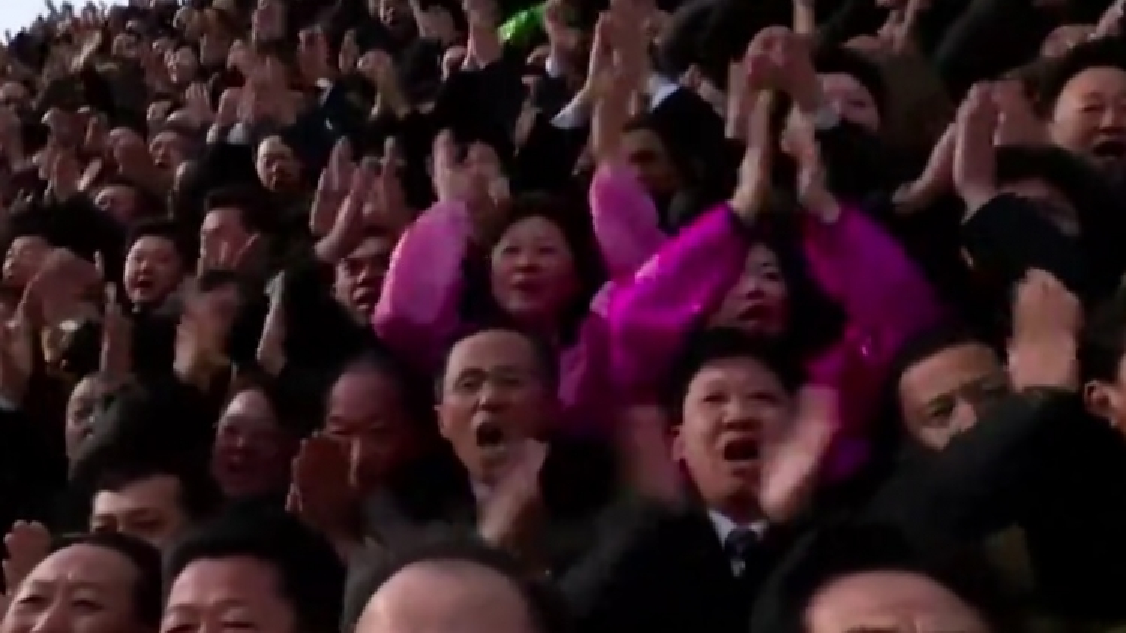 Video: Tổng bí thư Kim Jong Un gặp gỡ, chụp ảnh tập thể với đại biểu Đại hội Đảng Lao động