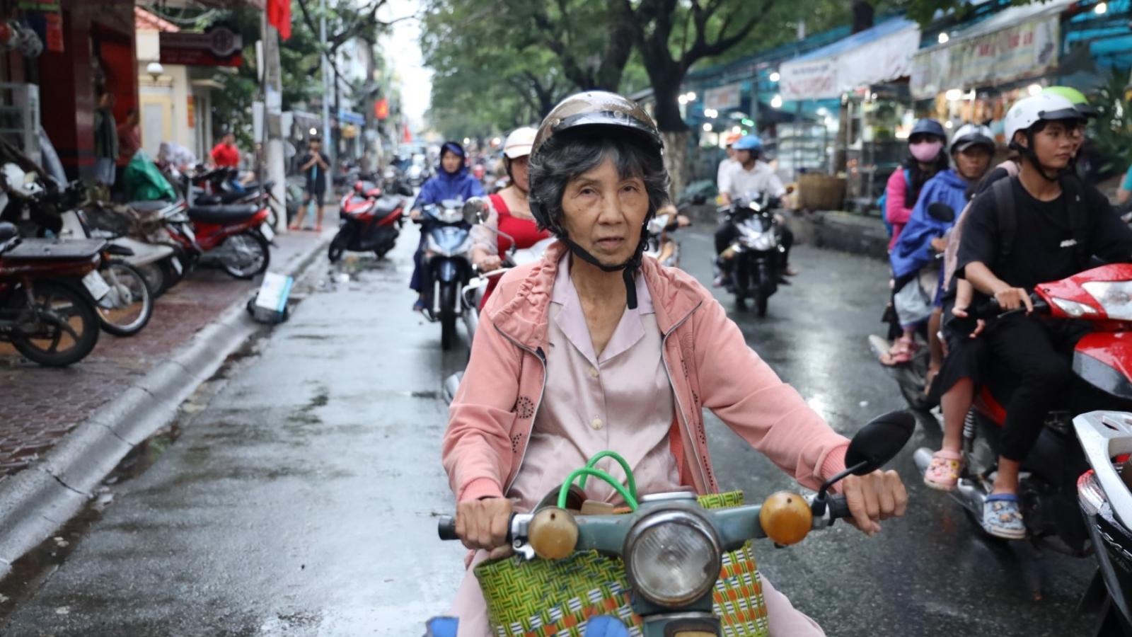Chuyện đời vất vả của cụ bà U70 nghỉ việc và cơ duyên 16 năm với nghề làm bánh tai yến