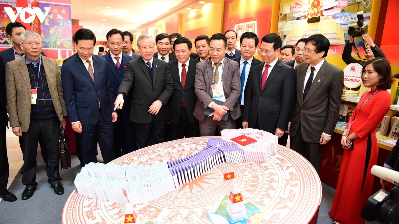 Lãnh đạo Đảng, Nhà nước dự khai mạc trưng bày sách, ảnh chào mừng Đại hội XIII