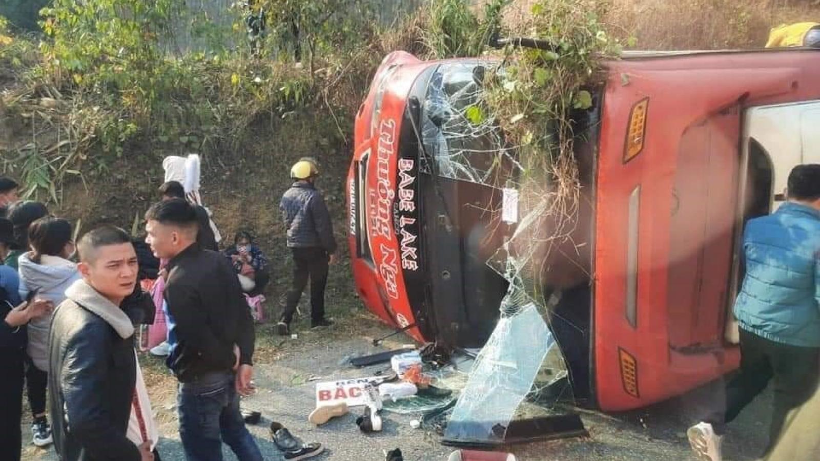 Xe khách lật sau va chạm, hành khách phá cửa kính thoát thân