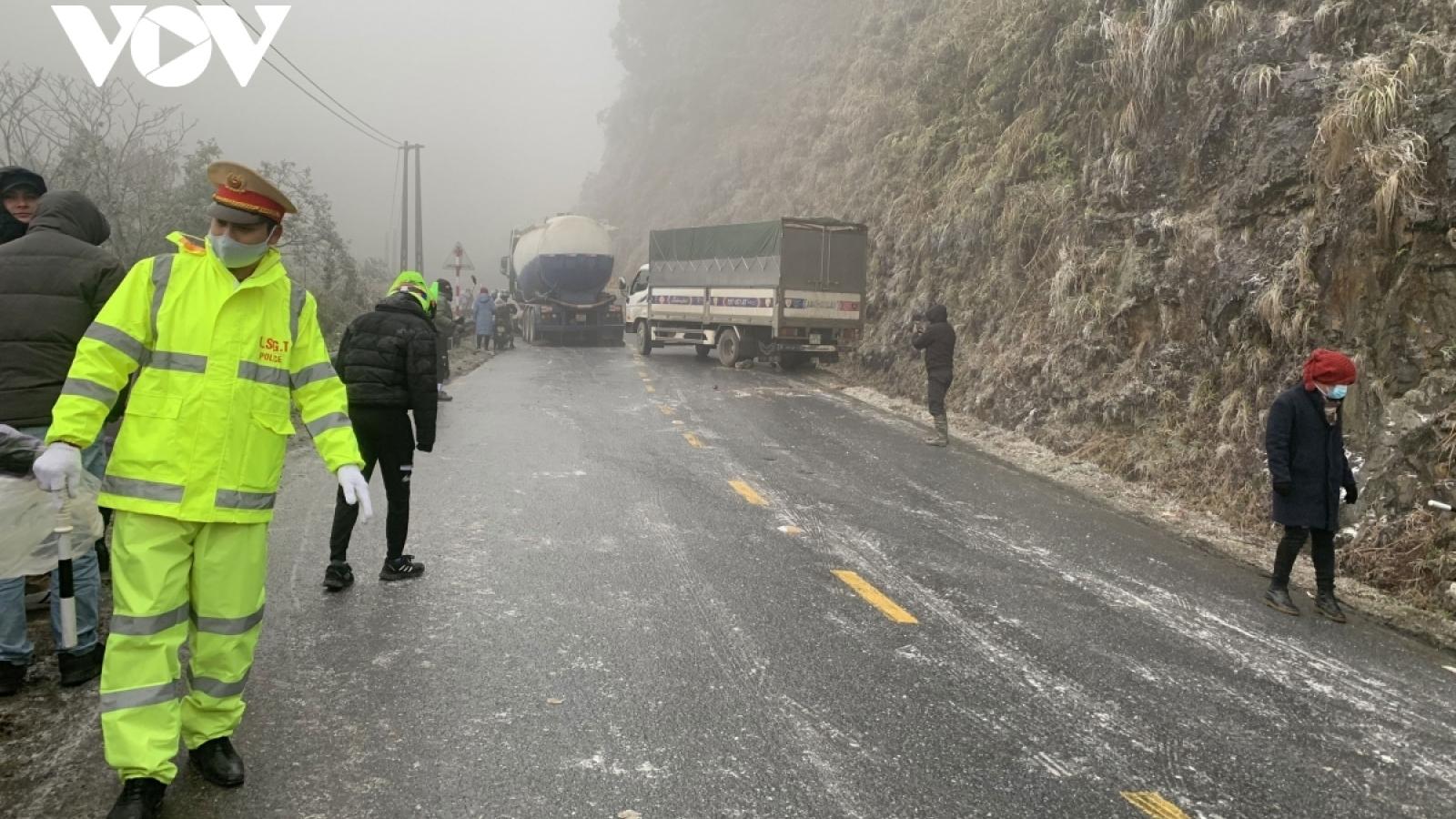 Khuyến cáo hạn chế lưu thông trên đường trơn trượt do băng tuyết