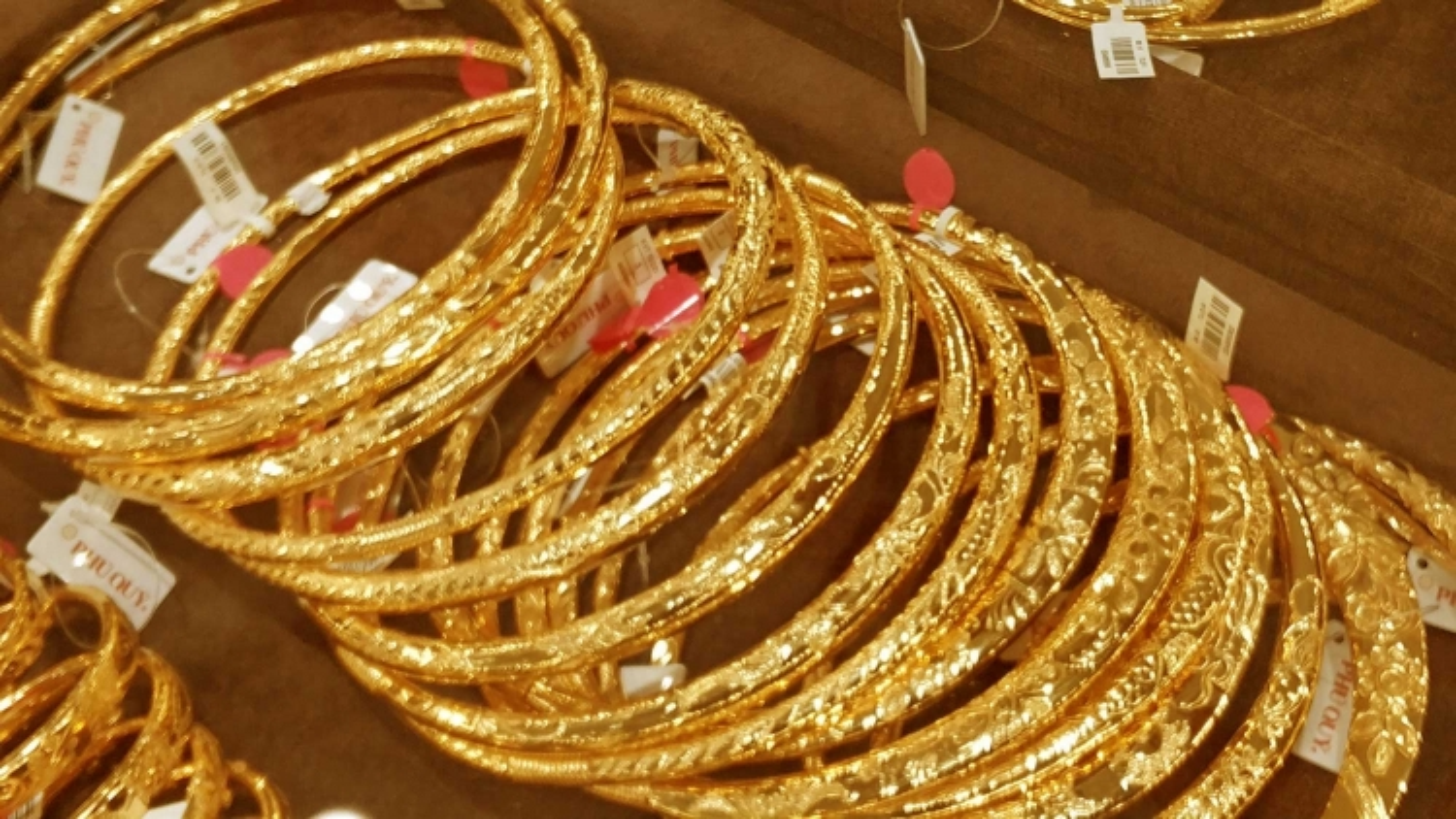 Giá vàng trong nước đứng yên trong khi thế giới giảm nhẹ