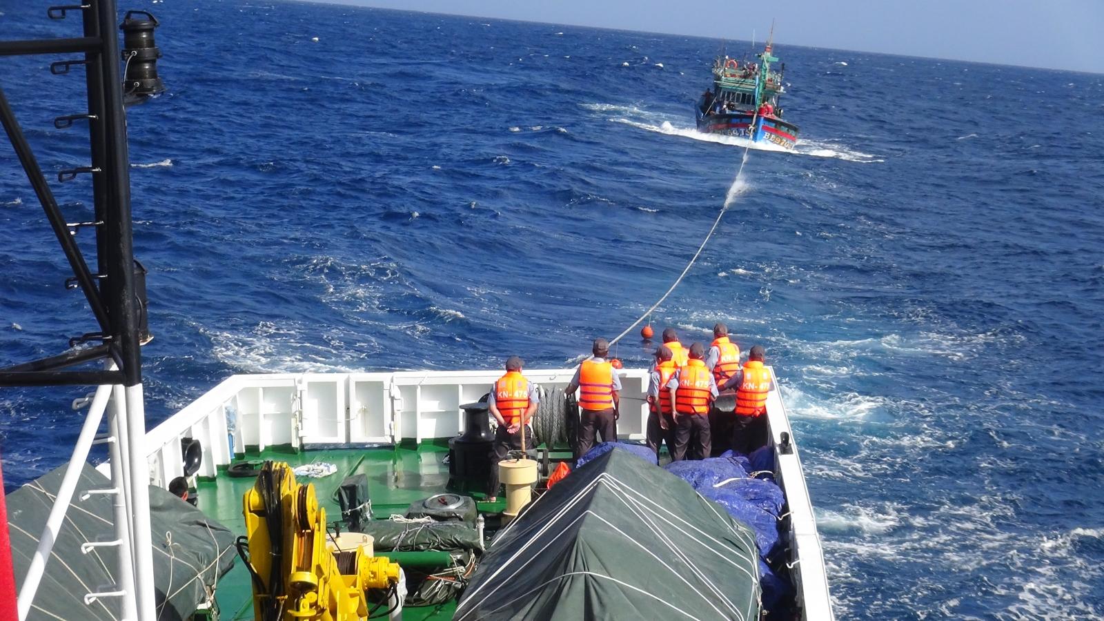 Tàu cá BĐ 97054TS và 14 ngư dân đang được lai dắt vào bờ