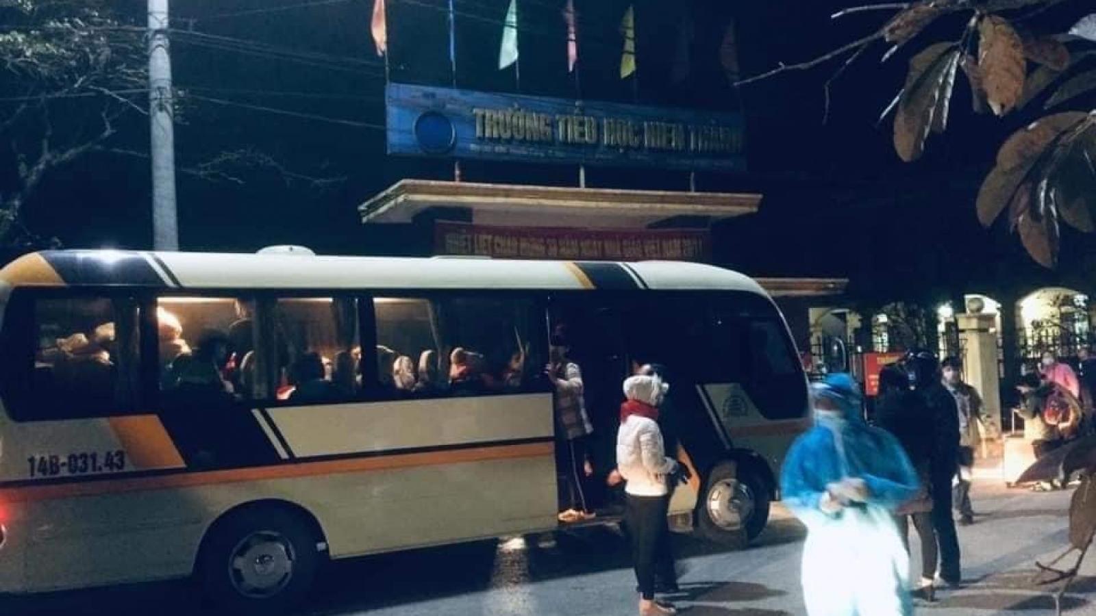 Nhiều học sinh trên địa bàn thị xã Kinh Môn(Hải Dương) được đưa đi cách ly trong đêm