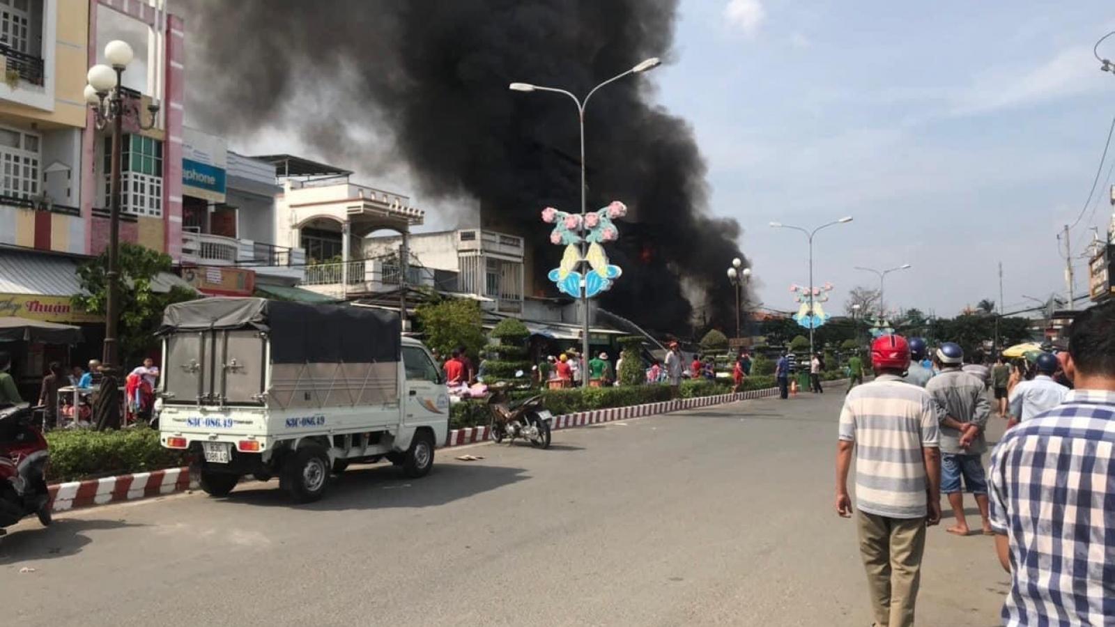Cháy lớn làm 1 người tử vong và thiêu rụi 4 căn nhà ở Sóc Trăng