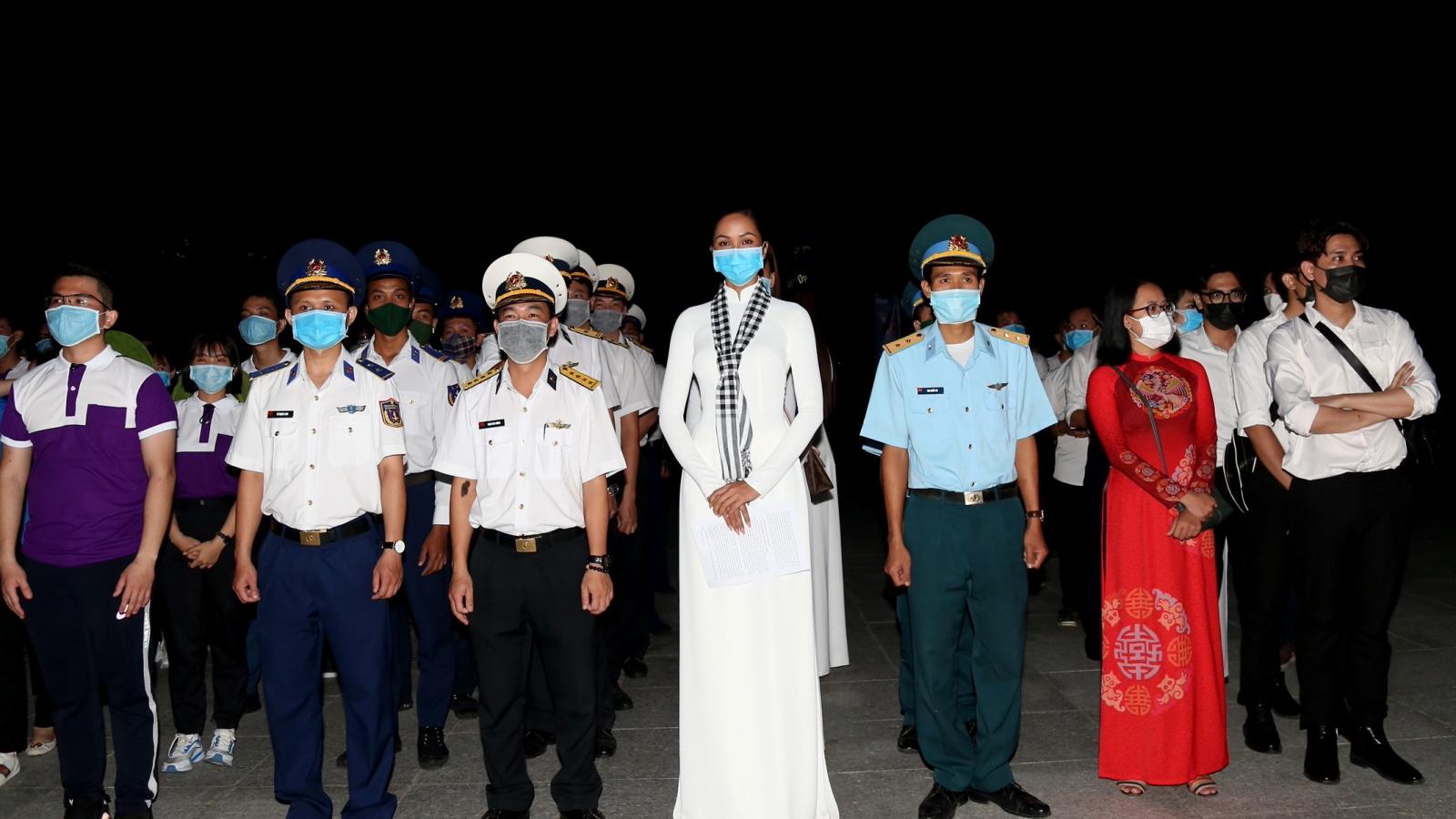 Hoa hậu H'Hen Niê xúc động, tri ân các anh hùng chiến sĩ tại Côn Đảo