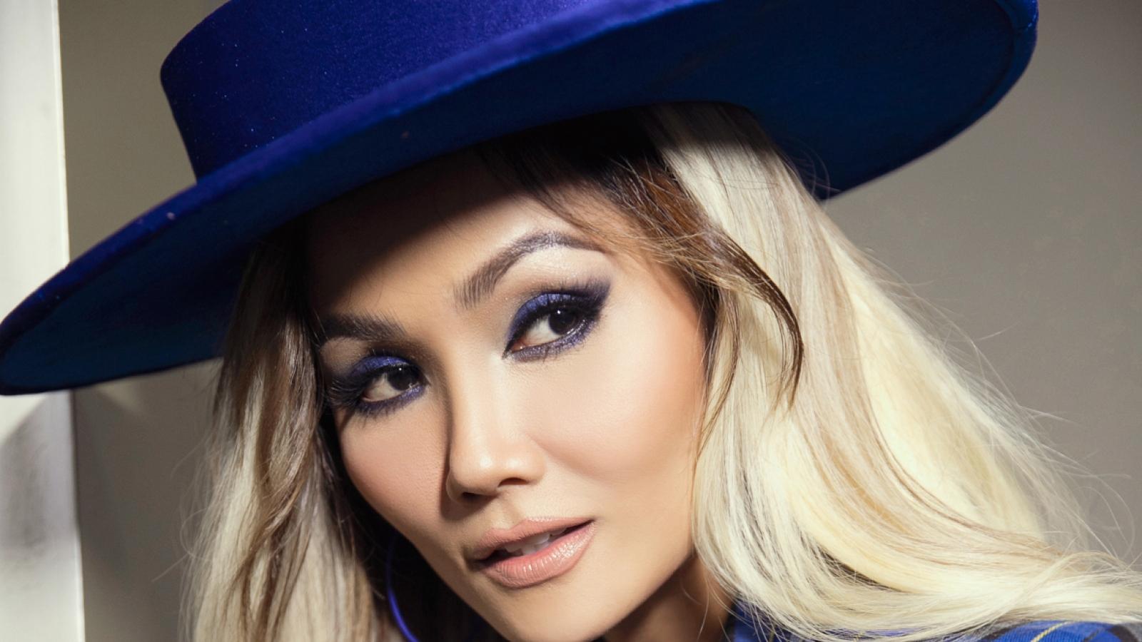 Hoa hậu H'Hen Niê cá tính với nón rộng vành, tone xanh nổi bật