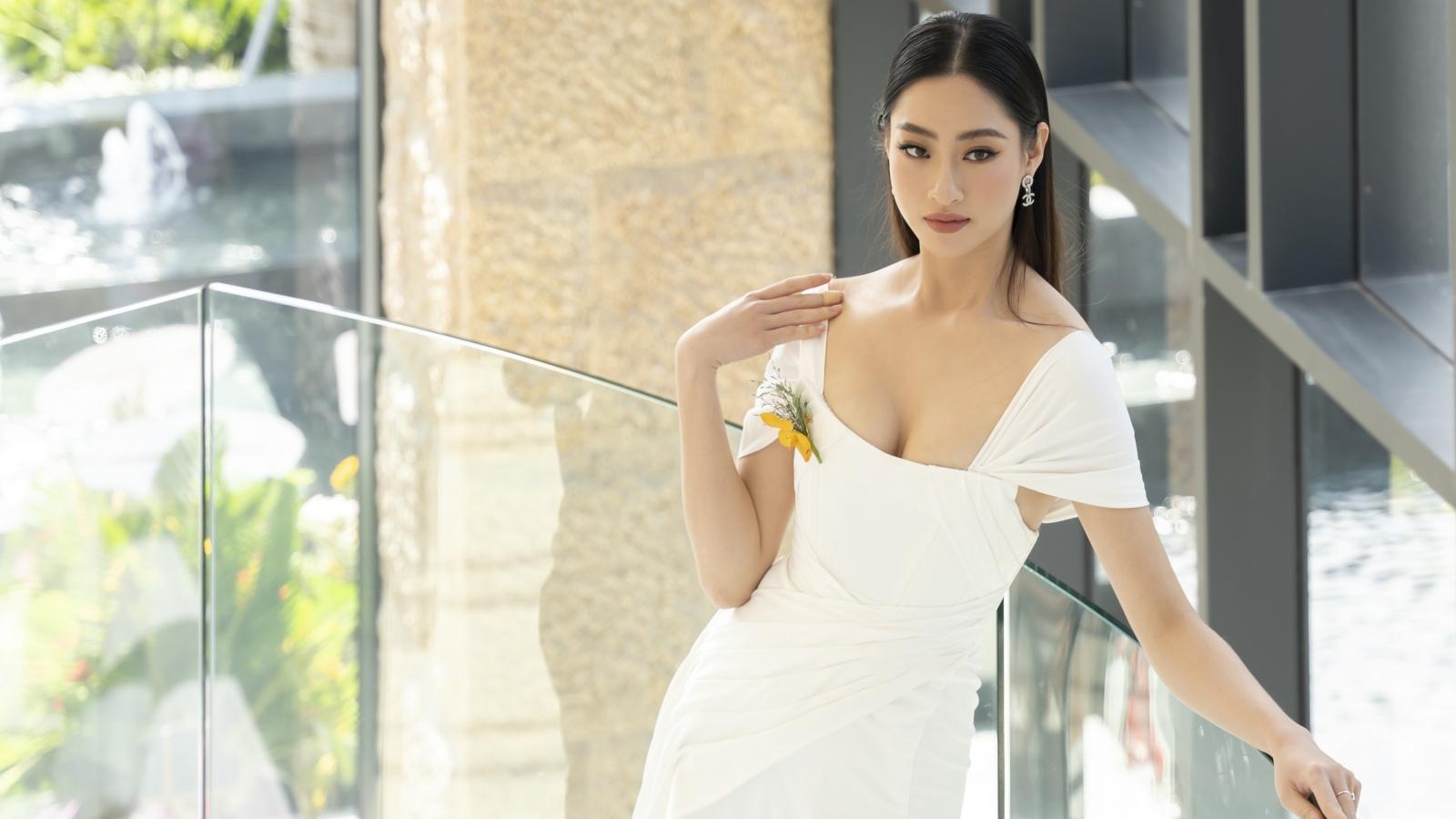 """Hoa hậu Lương Thuỳ Linh """"o ép"""" vòng 1, khoe chân dài 1m22"""
