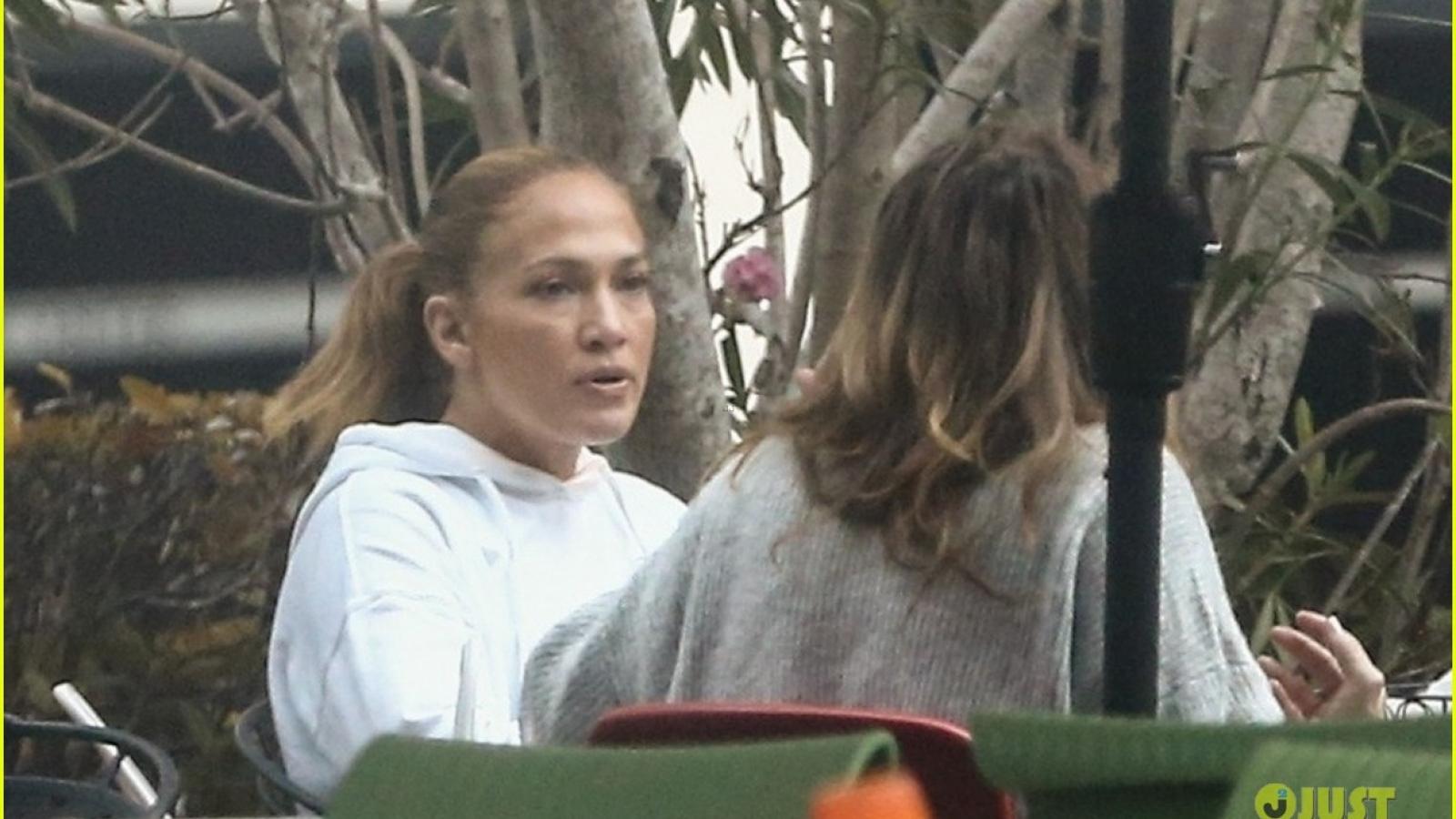 Jennifer Lopez diện croptop khỏe khoắn đi ăn trưa cùng bạn bè