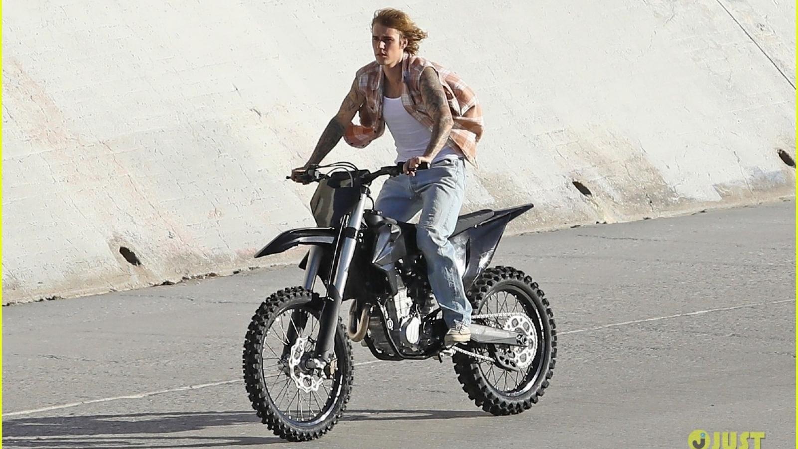 """Justin Bieber """"phong trần"""" trong buổi ghi hình cho MV mới"""