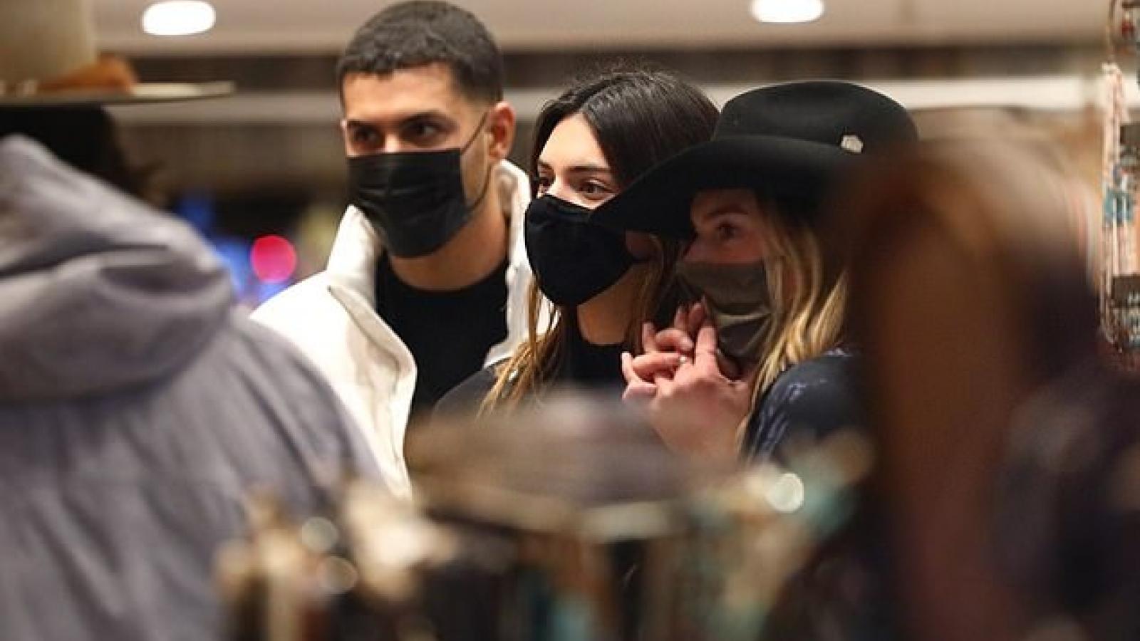 Kendall Jenner sành điệu đi mua sắm cùng bạn bè