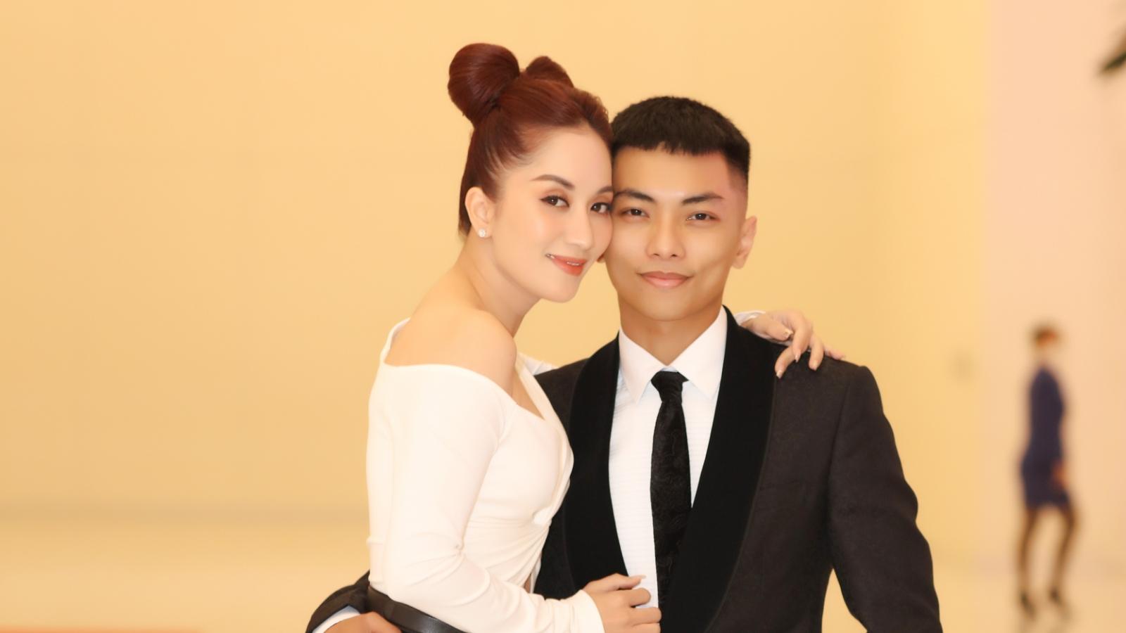 Vợ chồng Khánh Thi khiêu vũ say đắm, tình tứ trong sự kiện