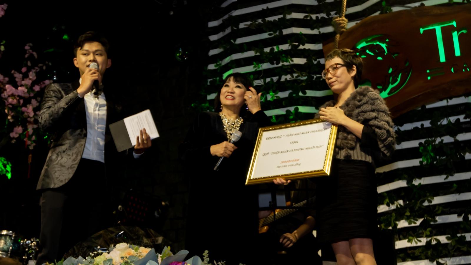 Cẩm Vân trao tặng chi phí phẫu thuật 200 triệu đồng cho quỹ Thiện Nhân và những người bạn