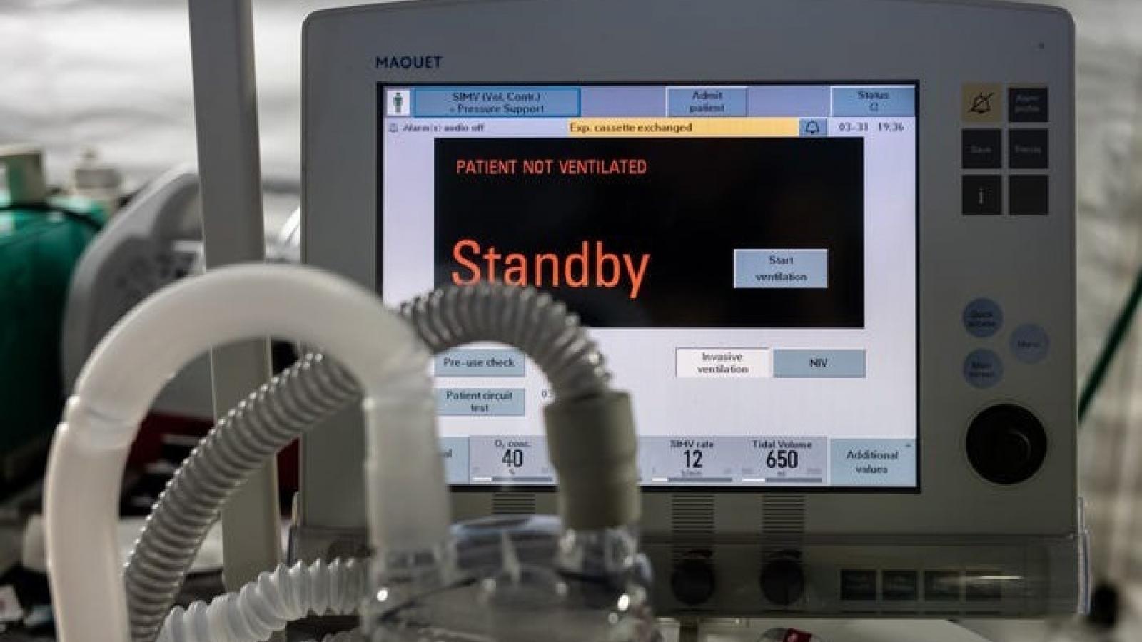 """Bi kịch ở London (Anh): Bệnh nhân Covid-19 phải """"cạnh tranh"""" để có máy thở duy trì sự sống"""
