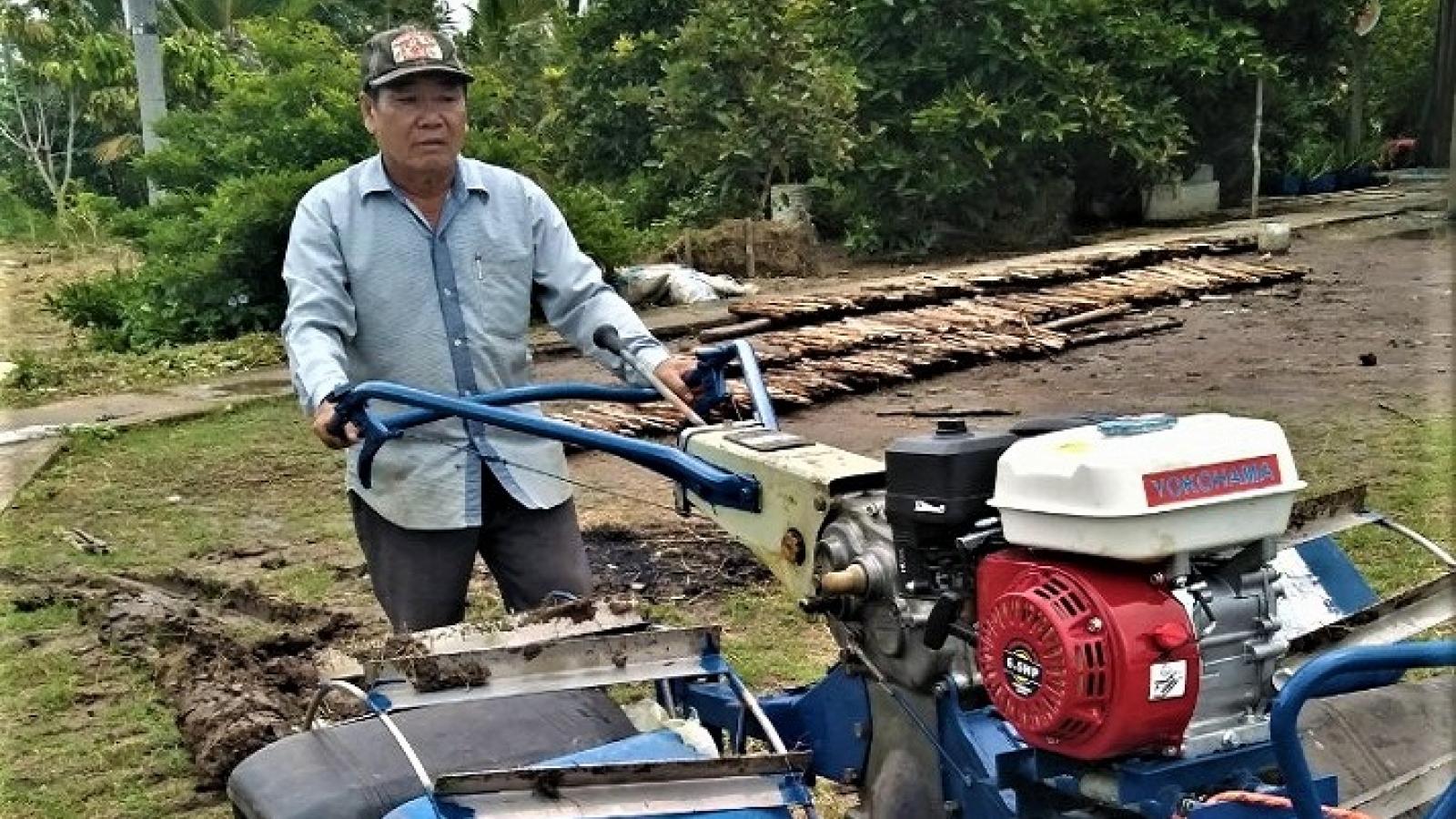"""Máy cày """"siêu nhẹ"""" giúp nông dân miền Tây làm mô hình tôm – lúa hiệu quả"""