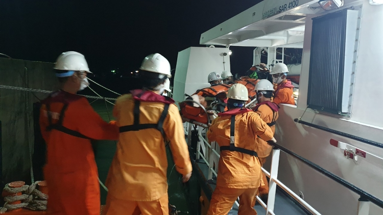 Cứu nạn thuyền viên bị tai nạn lao động, hôn mê trên biển
