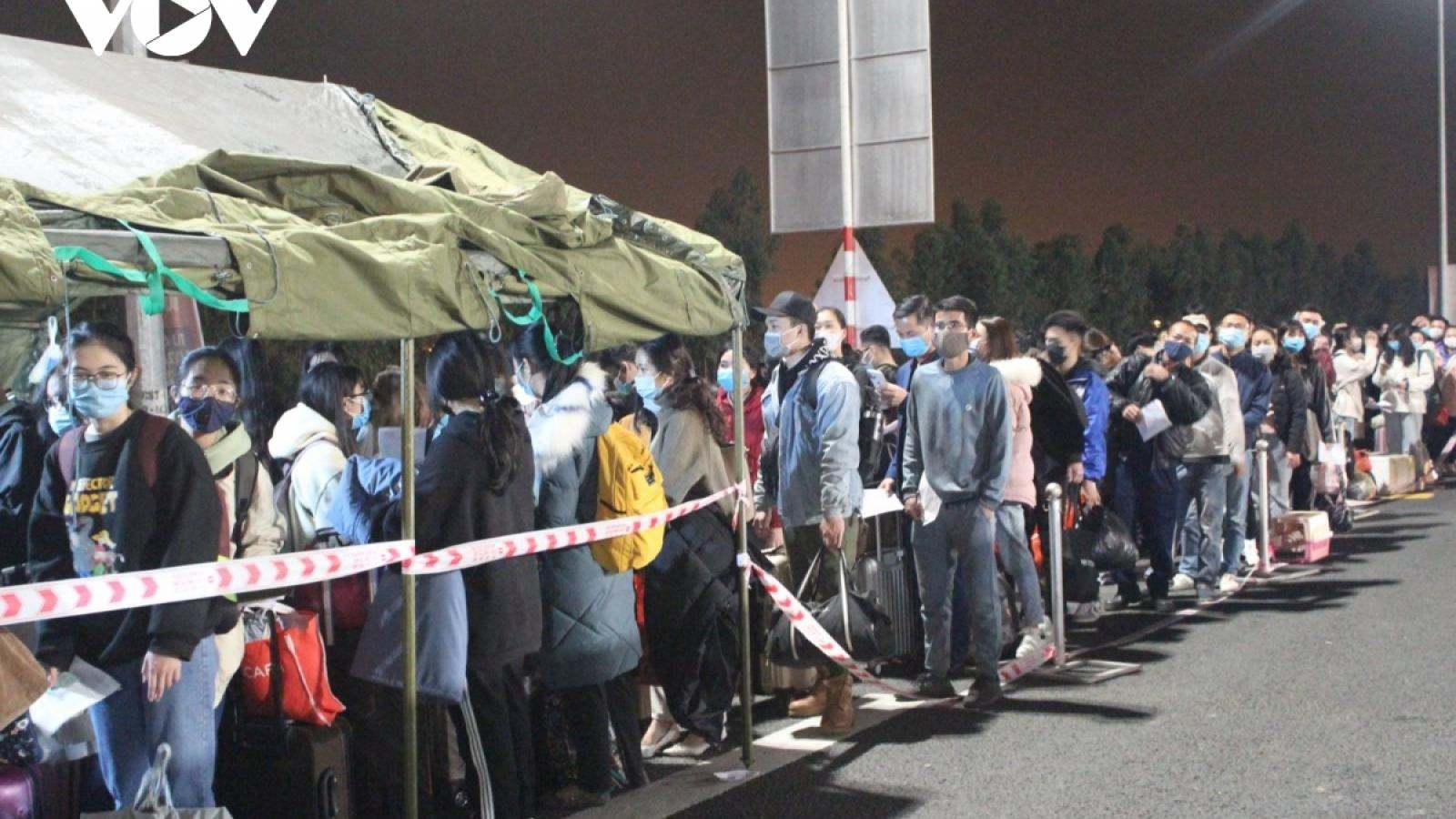 Bất chấp dịch bệnh, người dân vẫn cố rời Quảng Ninh về quê ăn Tết
