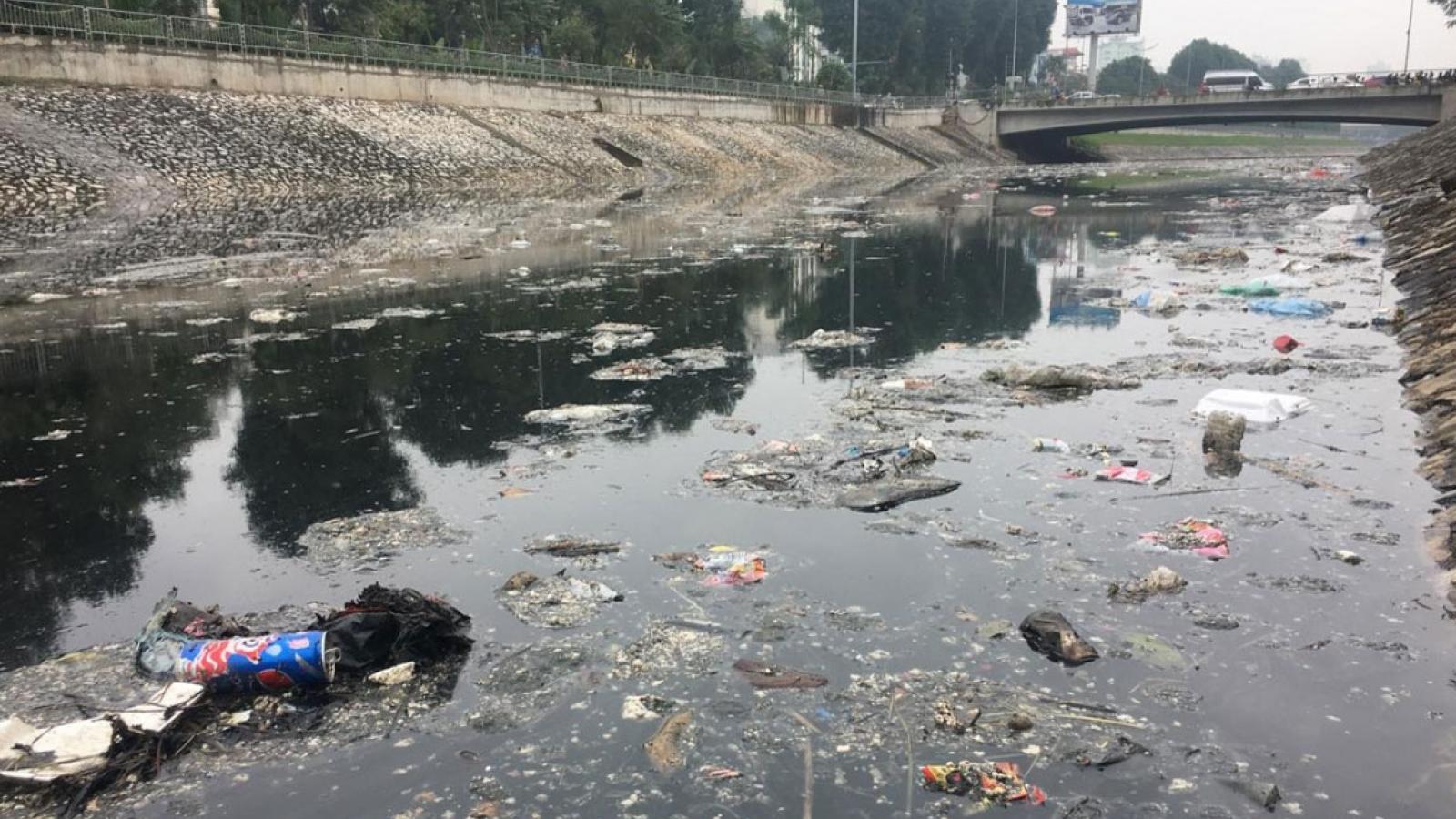 """Rác thải """"bức tử"""" sông hồ Hà Nội"""