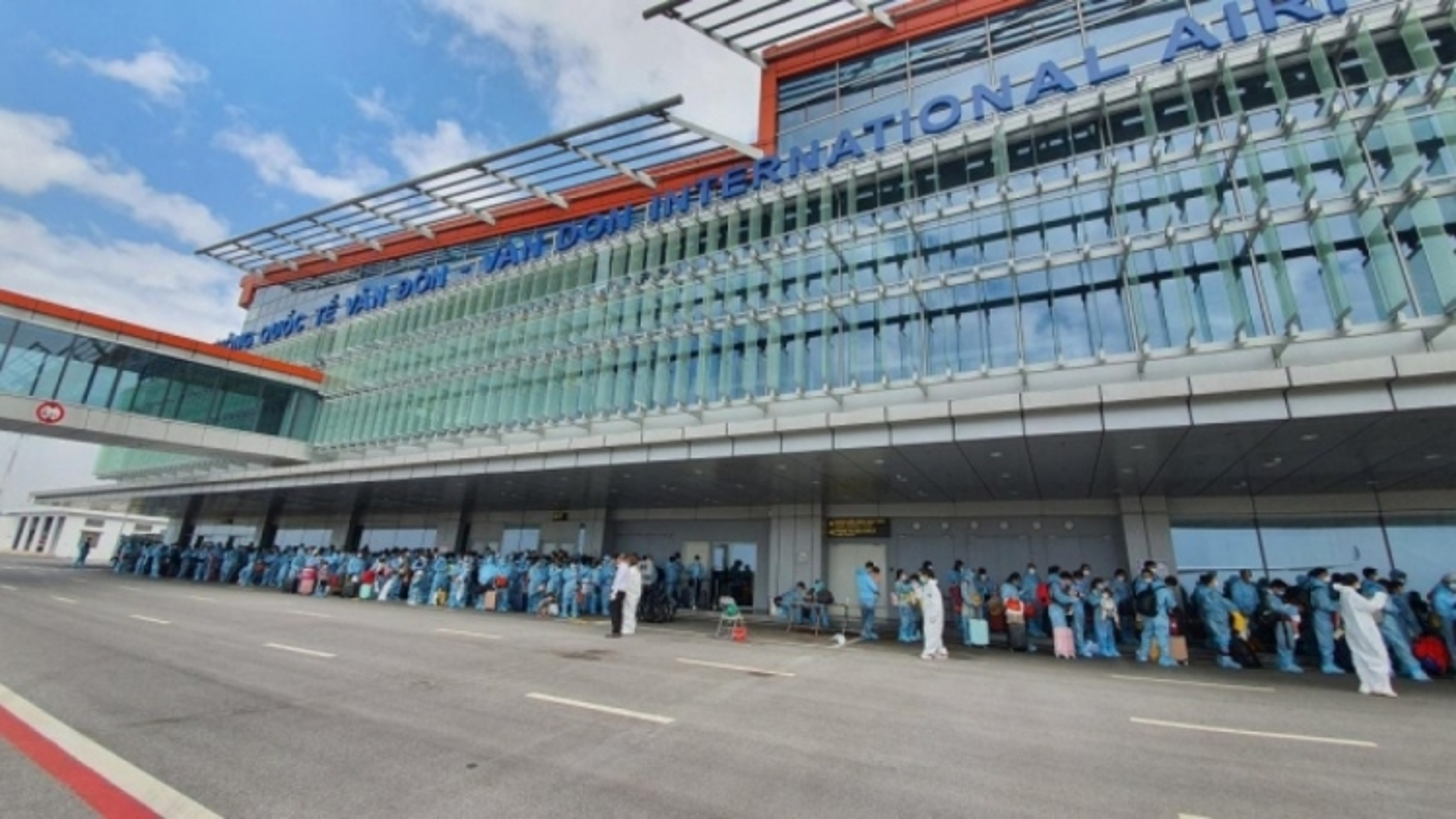 Tạm đóng cửa sân bay Vân Đồn sau khi 1 nhân viên dương tính với SAR-CoV-2