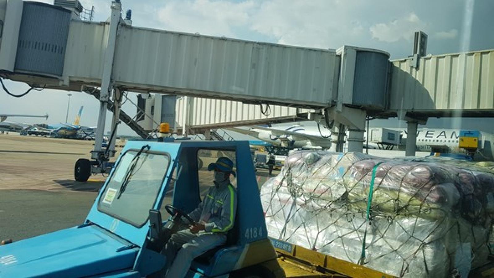 Xe đầu kéo va chạm với ô tô trong đường công vụ sân bay Nội Bài