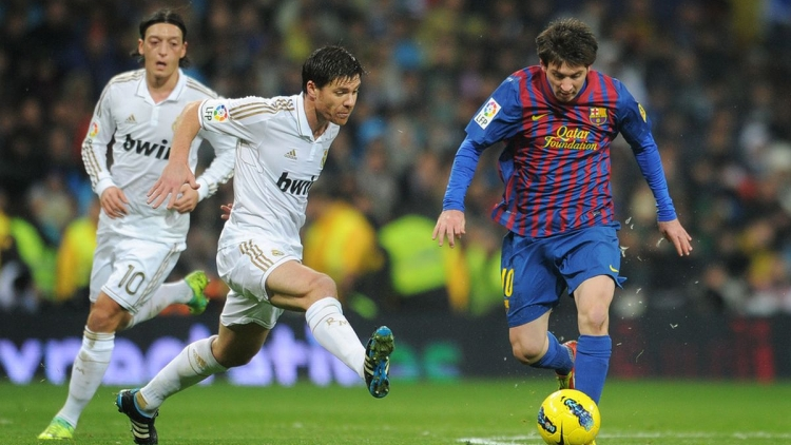 """Ngày này năm xưa: Ghi siêu phẩm, Ronaldo vẫn phải """"ngả mũ"""" trước Messi"""