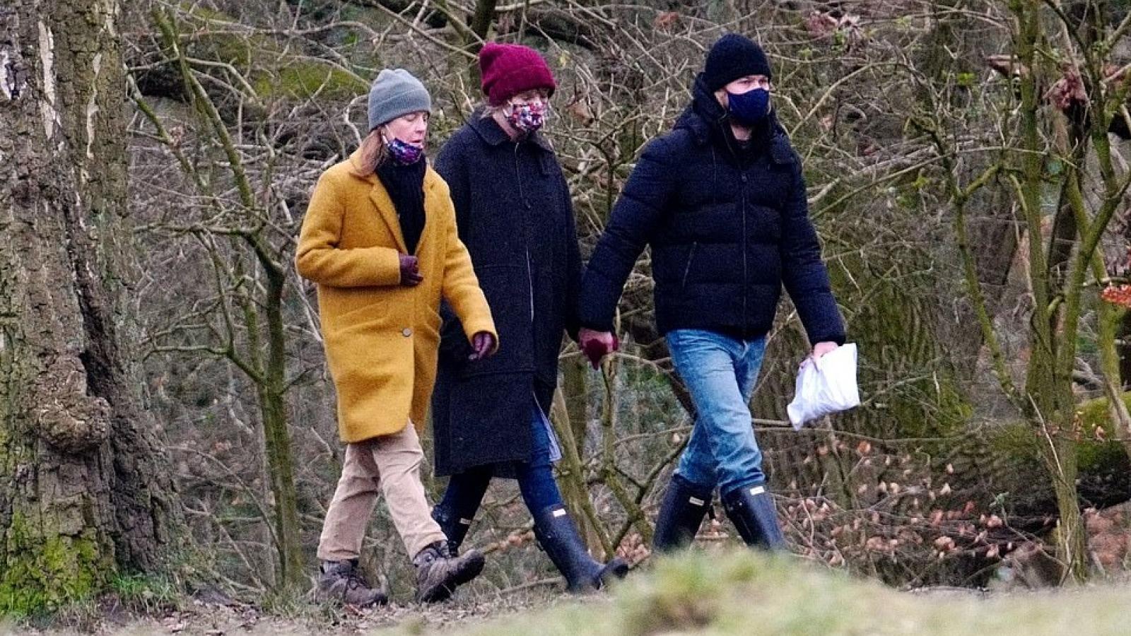 Taylor Swift nắm tay tình cảm đi dạo cùng bạn trai kém tuổi