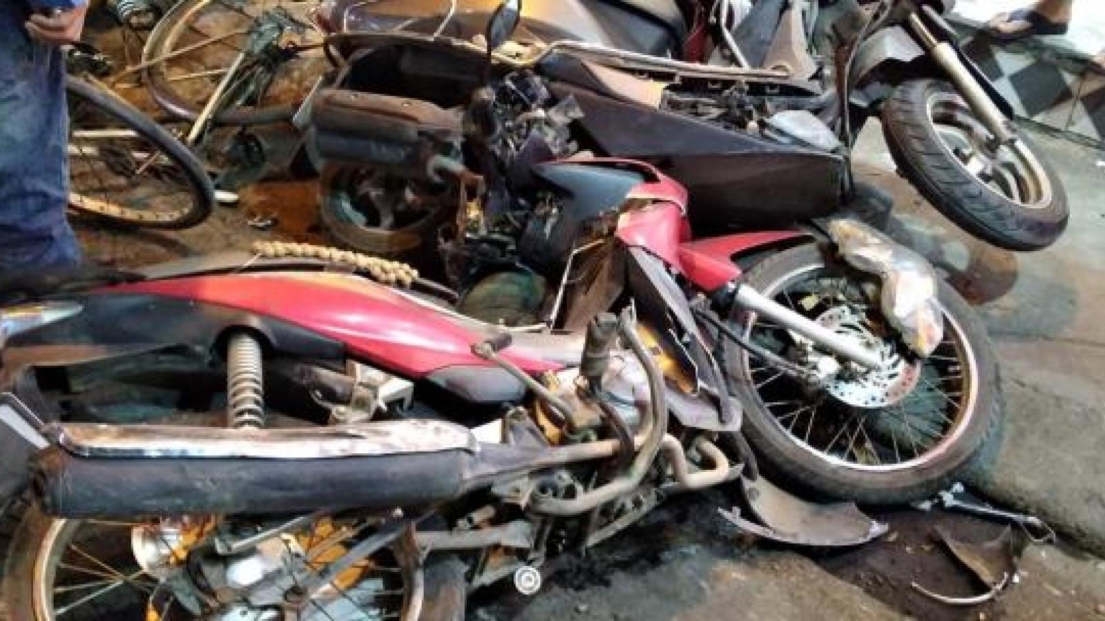 Nghi vấn nữ tài xế lái Toyota Fortuner tông loạt xe máy trên phố Hà Nội