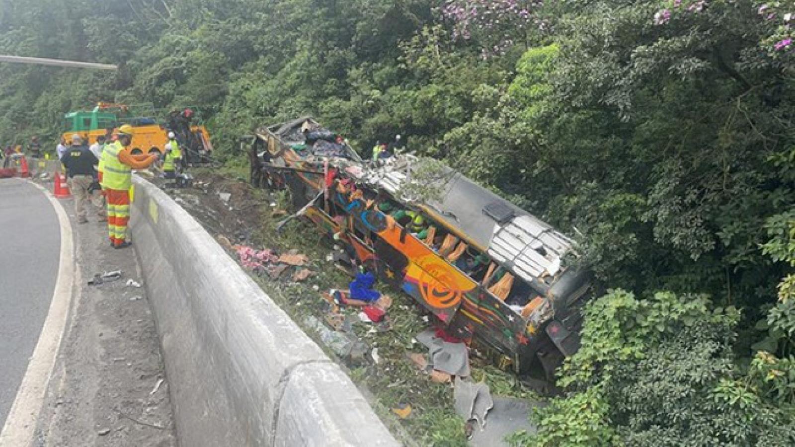 Hơn 18 người thiệt mạng trong vụ lật xe khách trên đường cao tốc tại Brazil