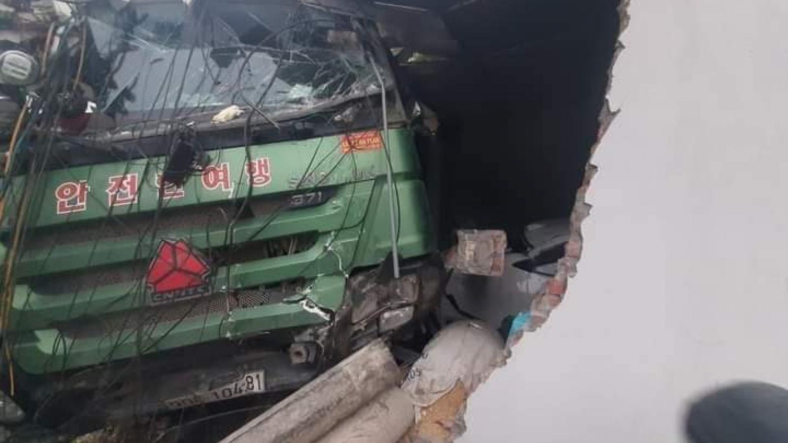 Tài xế xe tải ngủ gật đâm vào nhà dân