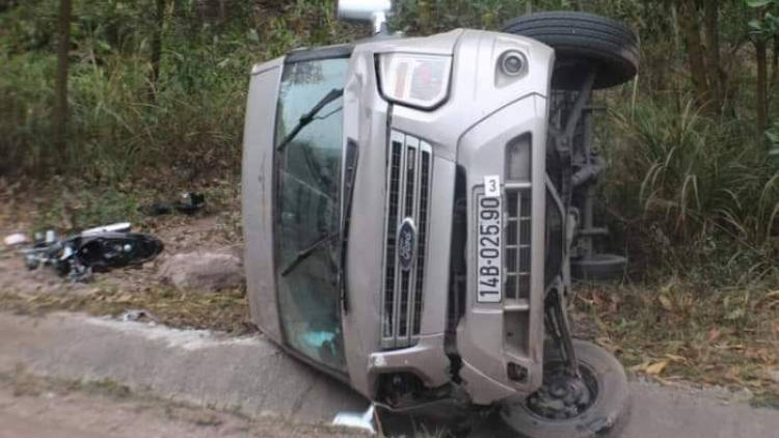 Ô tô khách đâm vào xe máy, 1 người tử vong tại chỗ