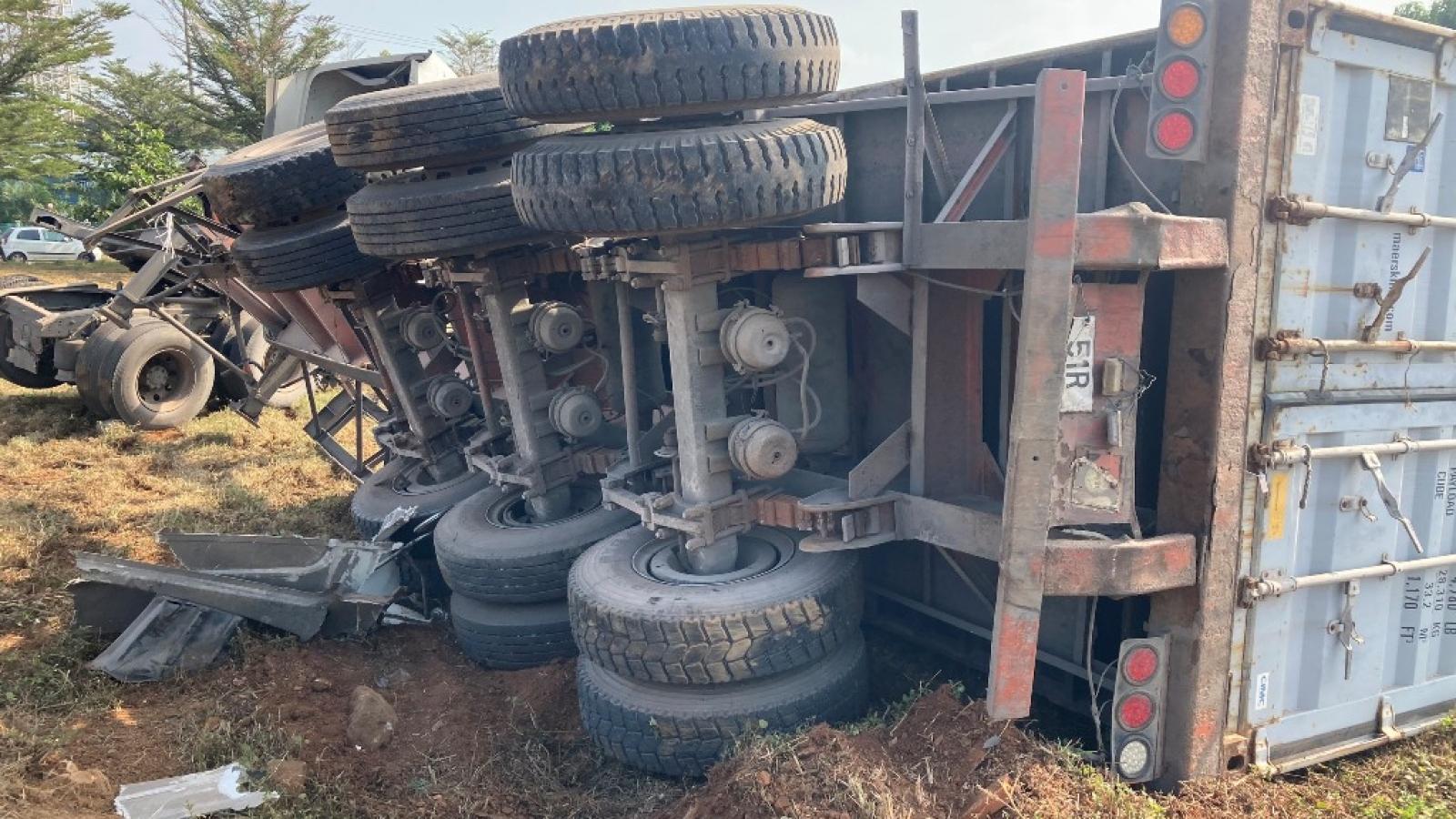 Xe container va chạm với máy cày rồi lật nhào, 2 người nhập viện cấp cứu