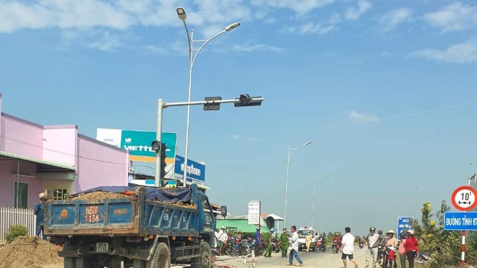 Ô tô tảitông vào xe gắn máylàm 2 người thương vong