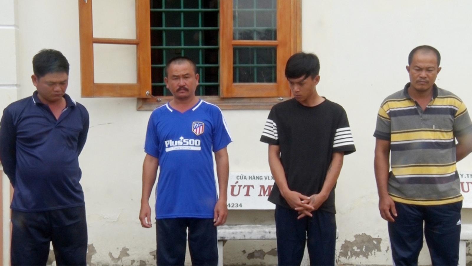Chơi đá gà nợ tiền, nam thanh niên bị bắt về nhà đánh đập