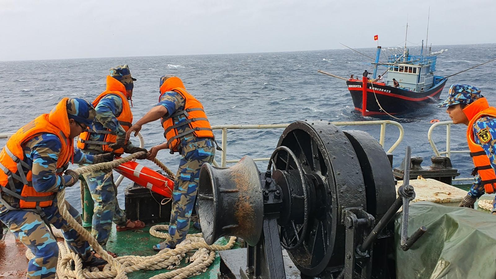 Tàu Trường Sa 18 hỗ trợ tàu cá ngư dân Khánh Hoà gặp sự cố trên biển