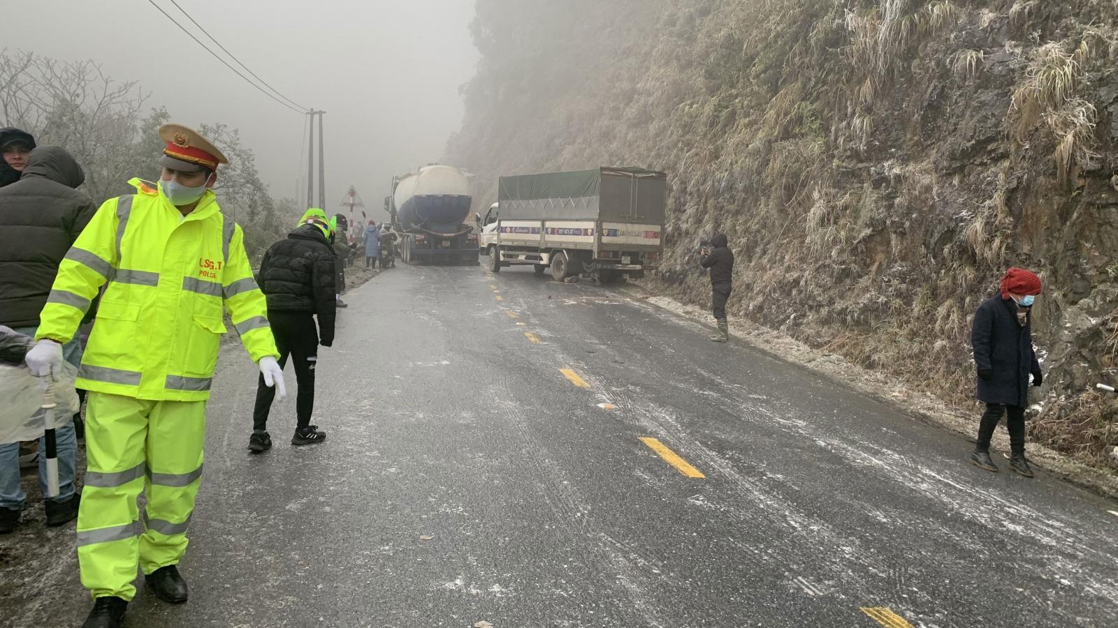 Mặt đường đóng băng trơn trượt nguy hiểm, xe cộ ùn tắc kéo dài tại Lào Cai