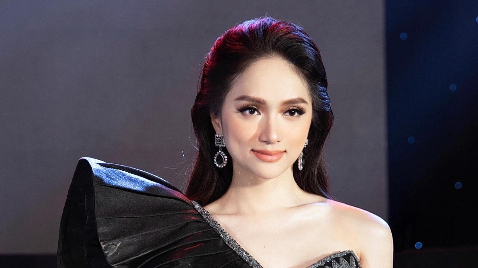 Hoa hậu Hương Giang đầy quyền lực trong đầm dạ hội kết kim sa tinh xảo