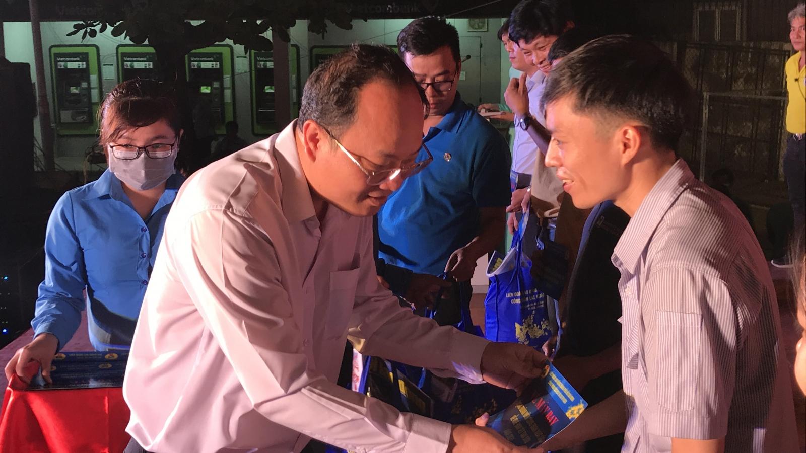 """TPHCM tặng hơn 800 """"tấm vé nghĩa tình"""" cho công nhân về quê đón Tết"""