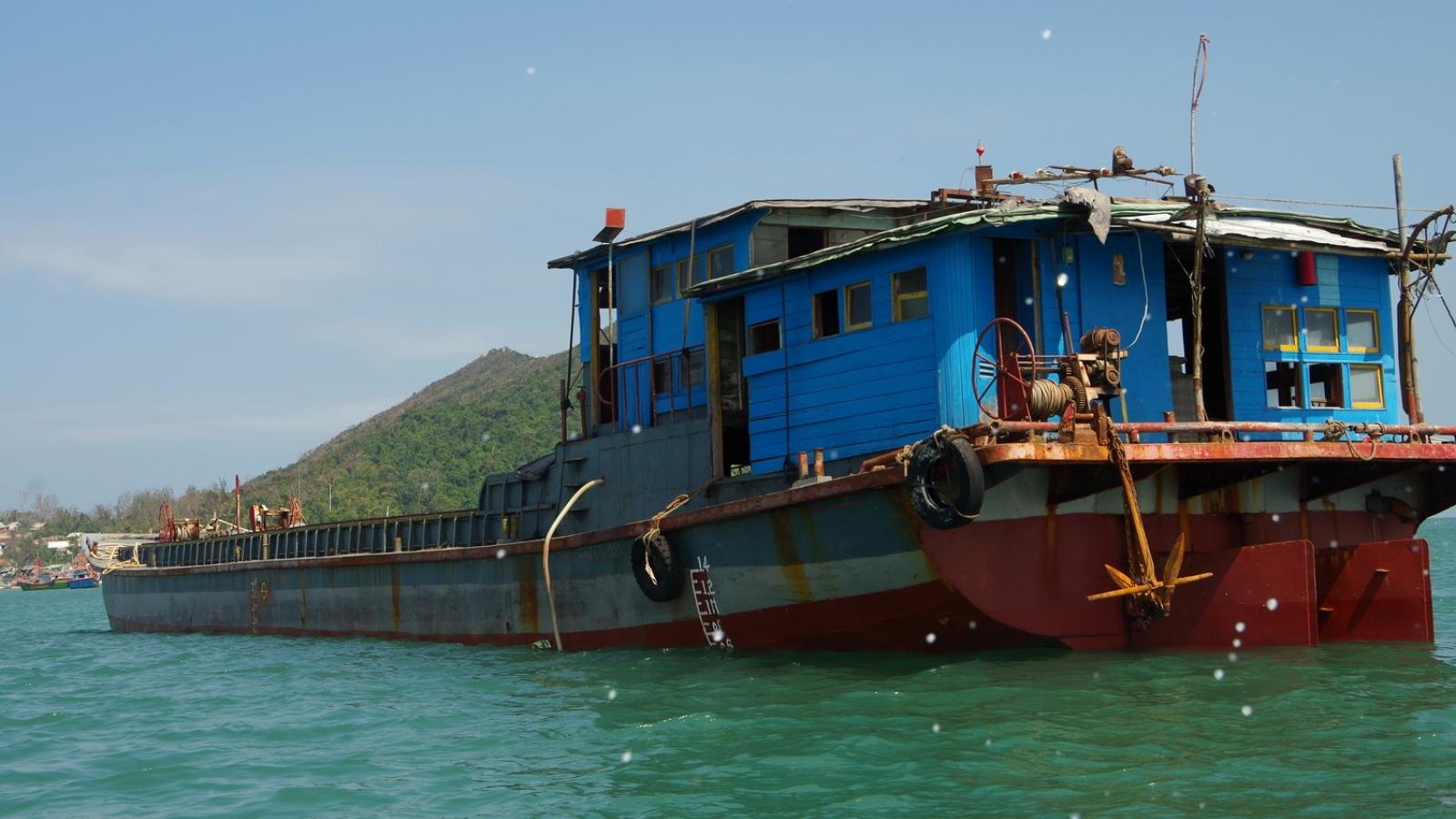 Ngư dân Bình Định phát hiện tàu hàng vô chủ trôi dạt trên biển