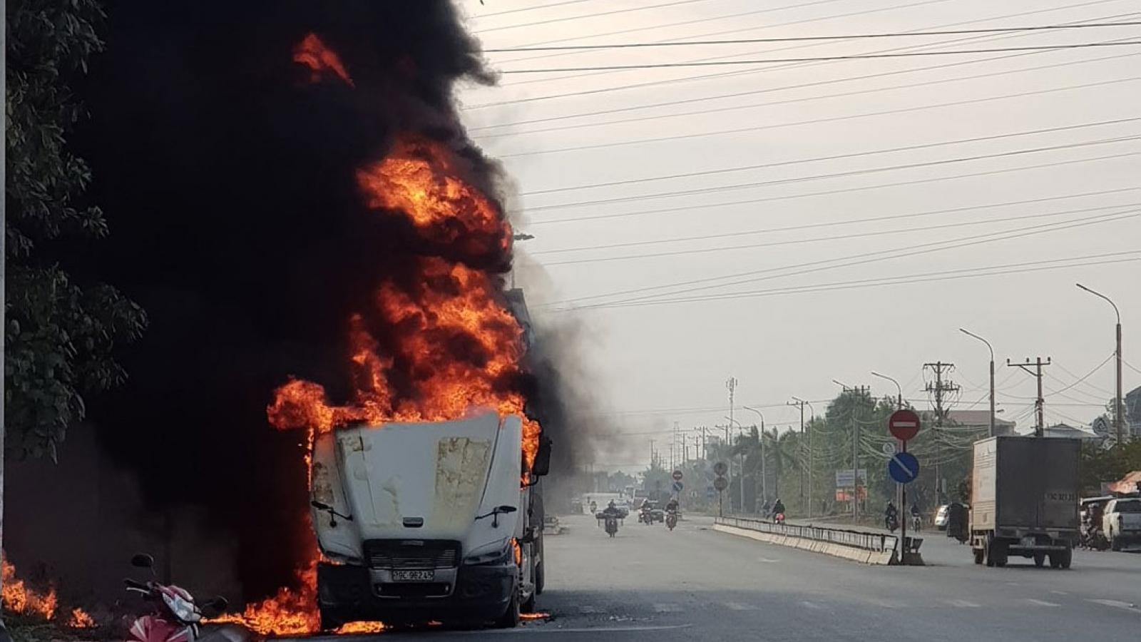 Xe container bất ngờ bốc cháy ở ven đường