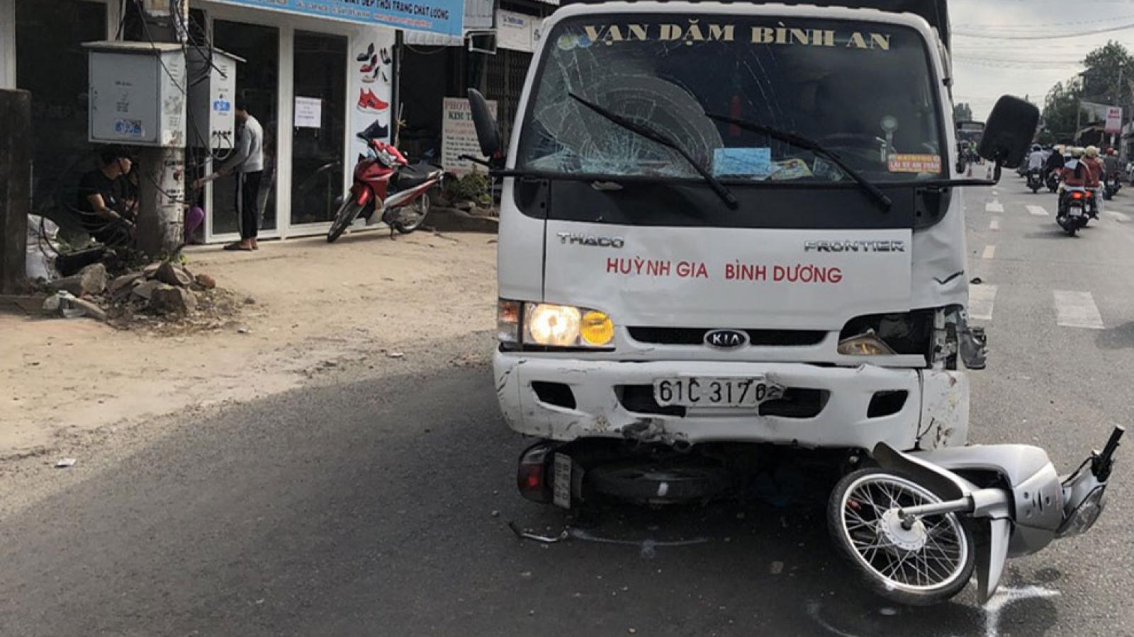 Xe tải mất lái đâm vàohọc sinh tới trường, 6 người bị thương