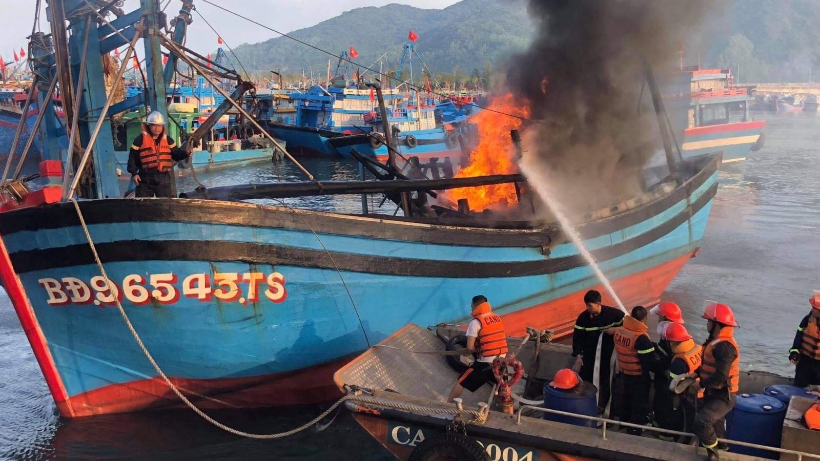 Toàn cảnh: 3 tàu cá neo đậu tại âu thuyền Thọ Quang- Đà Nẵng bốc cháy