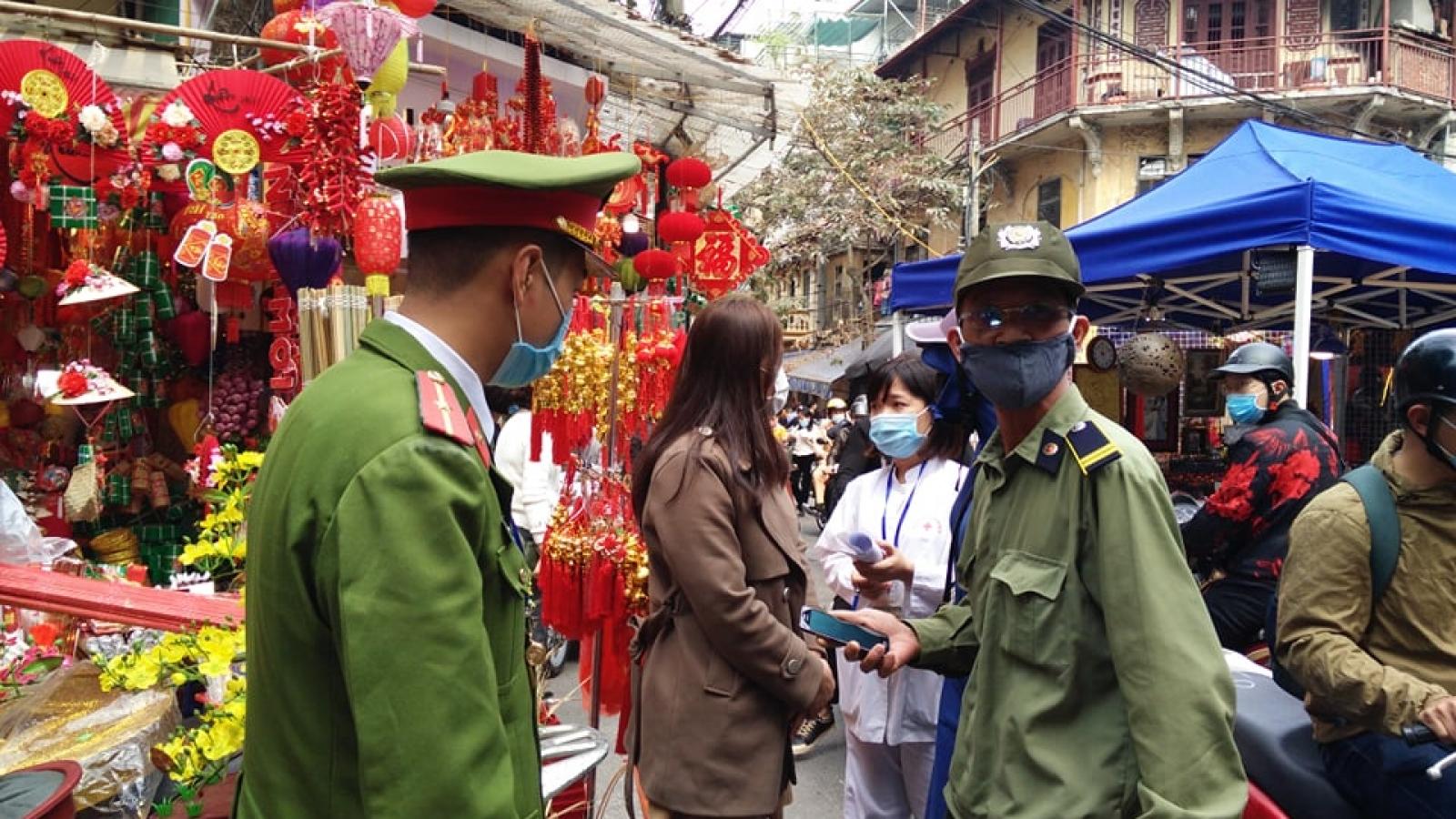 Công an quận Hoàn Kiếm xử phạt 70 trường hợp không đeo khẩu trang nơi công cộng