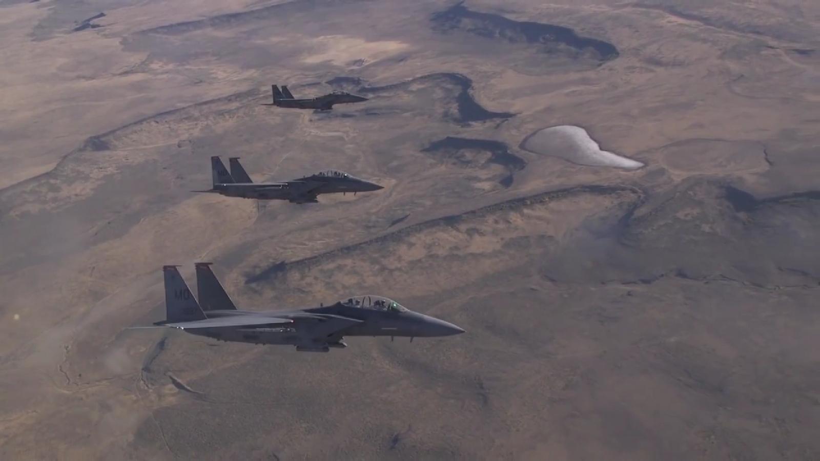 """Xem """"đại bàng"""" F-15E phô diễn kỹ thuật, chao lượn ấn tượng trên bầu trời"""
