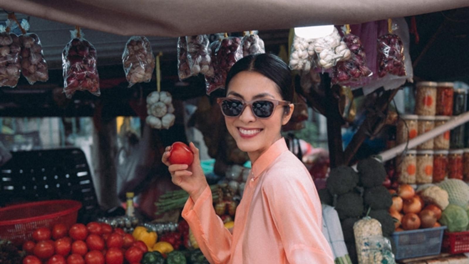 Tăng Thanh Hà mặc áo dài đi chợ Tết