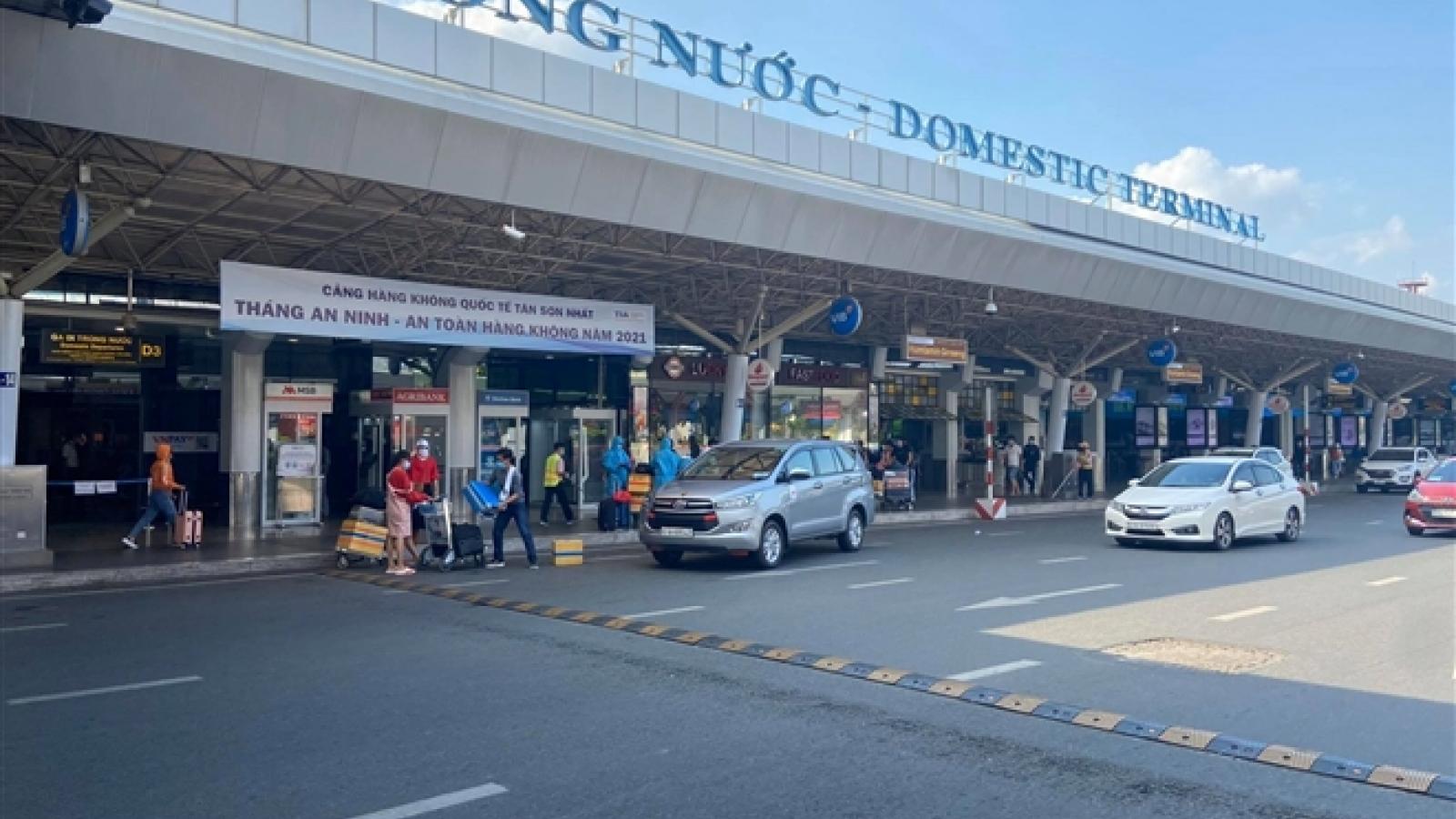 29 Tết, sân bay Tân Sơn Nhất thưa thớt, hành khách kín mít đồ bảo hộ