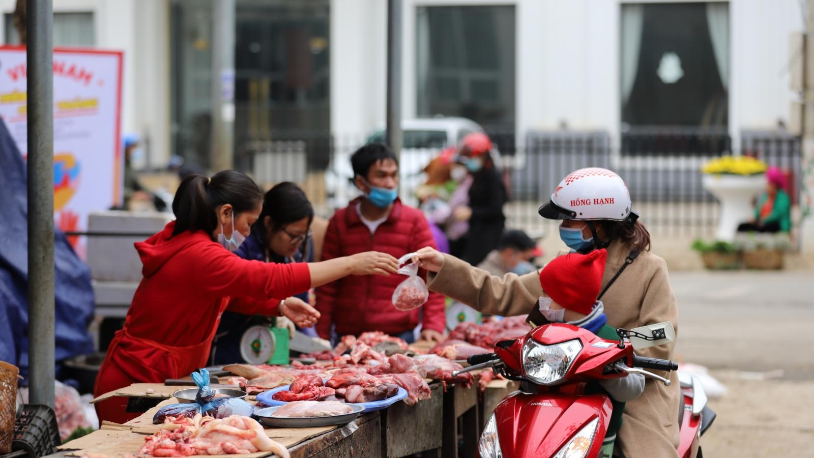 Chợ sớm Sơn La tấp nập ngày mùng 2 Tết