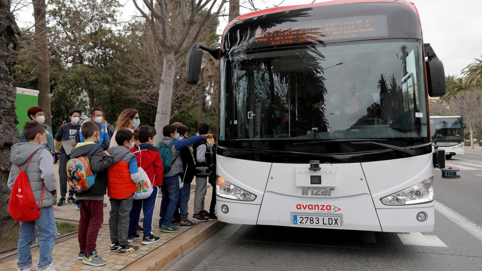 Du khách thích thú với xe buýt tự động tại Malaga, Tây Ban Nha