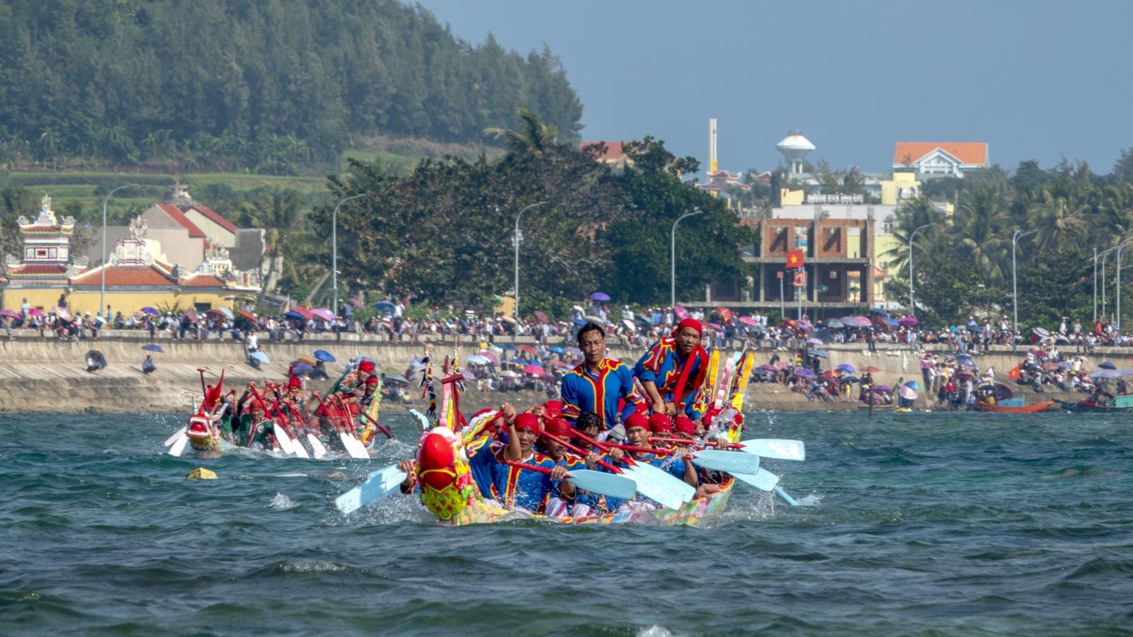 Lý Sơn tạm dừnglễ hội đua thuyền Tứ linh