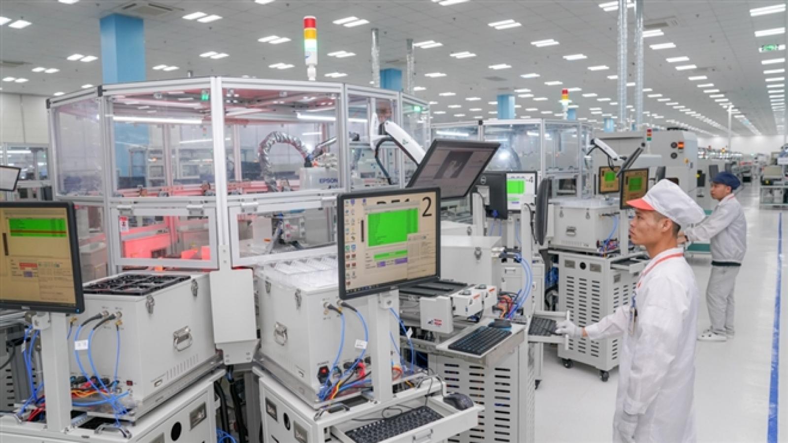 """Điện thoại Việt """"lên kệ"""" tại Mỹ: Kiểm chứng năng lực sản xuất công nghệ Việt Nam"""